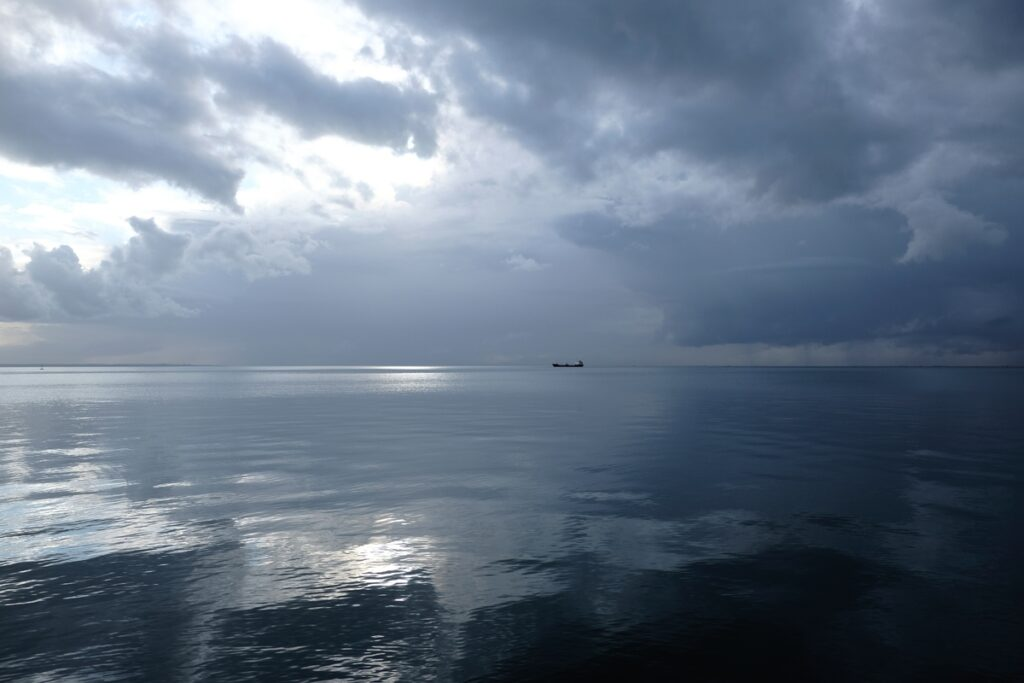 Greece; thessaloniki; after the rain; cloudy; daily life; promenade; rainy; sea; seafront; ship; waterfront; winter; Ελλάδα; Θερμαϊκός; Θεσσαλονίκη; απόγευμα; εμπορικό; θάλασσα; καθημερινότητα; καιρός; καράβι; μετά την βροχή; μουντός; ορίζοντας; παραλία; πλοίο; συννεφιά; χειμώνας;